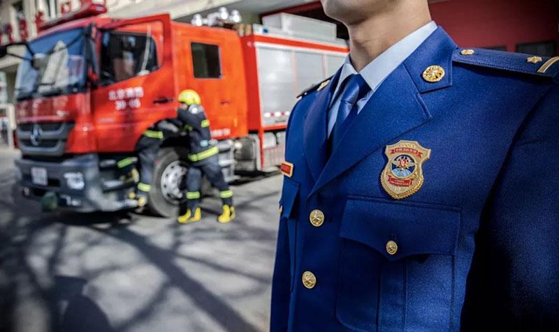 """你好,火焰蓝 消防救援队伍今日起统一换着""""火焰蓝""""新制服"""